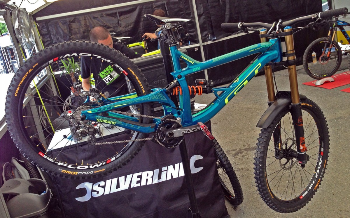 GT_aluminum_Fury_World-Cup_DH_bike_Rachel-Atherton_complete_driveside