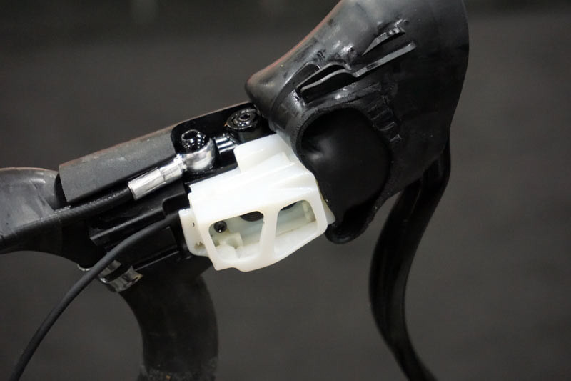 TRP-Di2-climbers-button-integration-on-hydraulic-brake-levers04