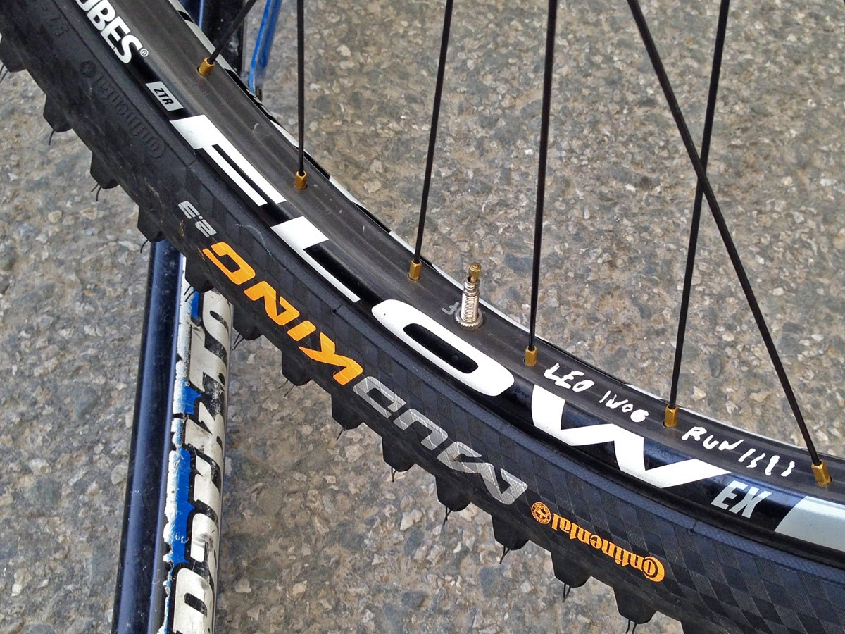GT_aluminum_Fury_World-Cup_DH_bike_Gee-Atherton_Stans-Flow-Carbon-prototype-rims
